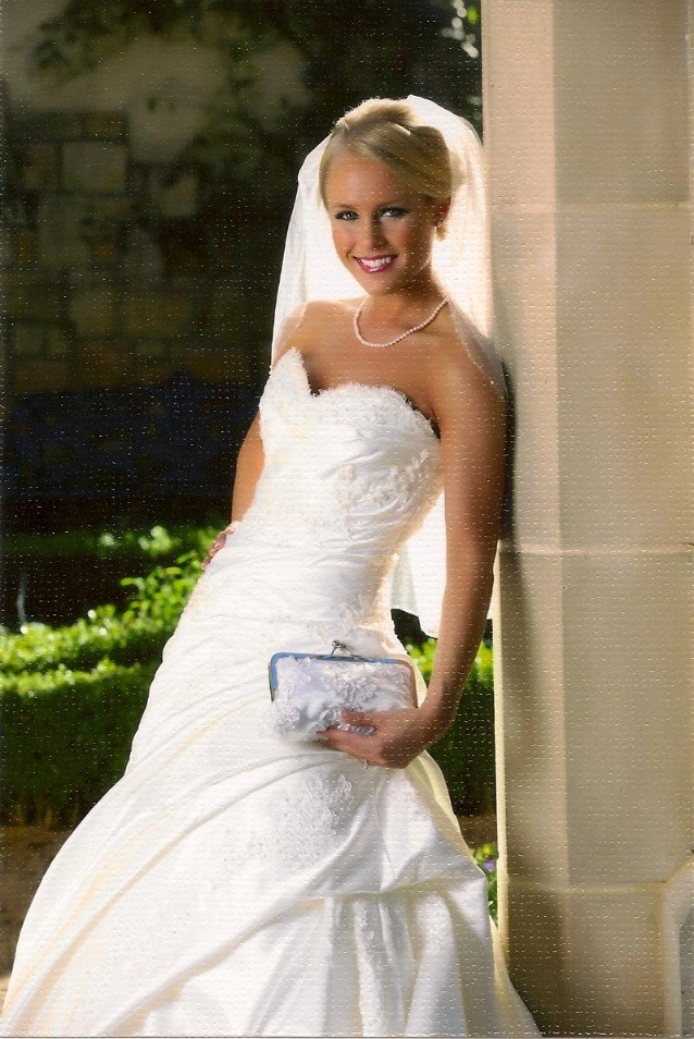Gorgeous bride with her equally gorgeous clutch by Cynthia!