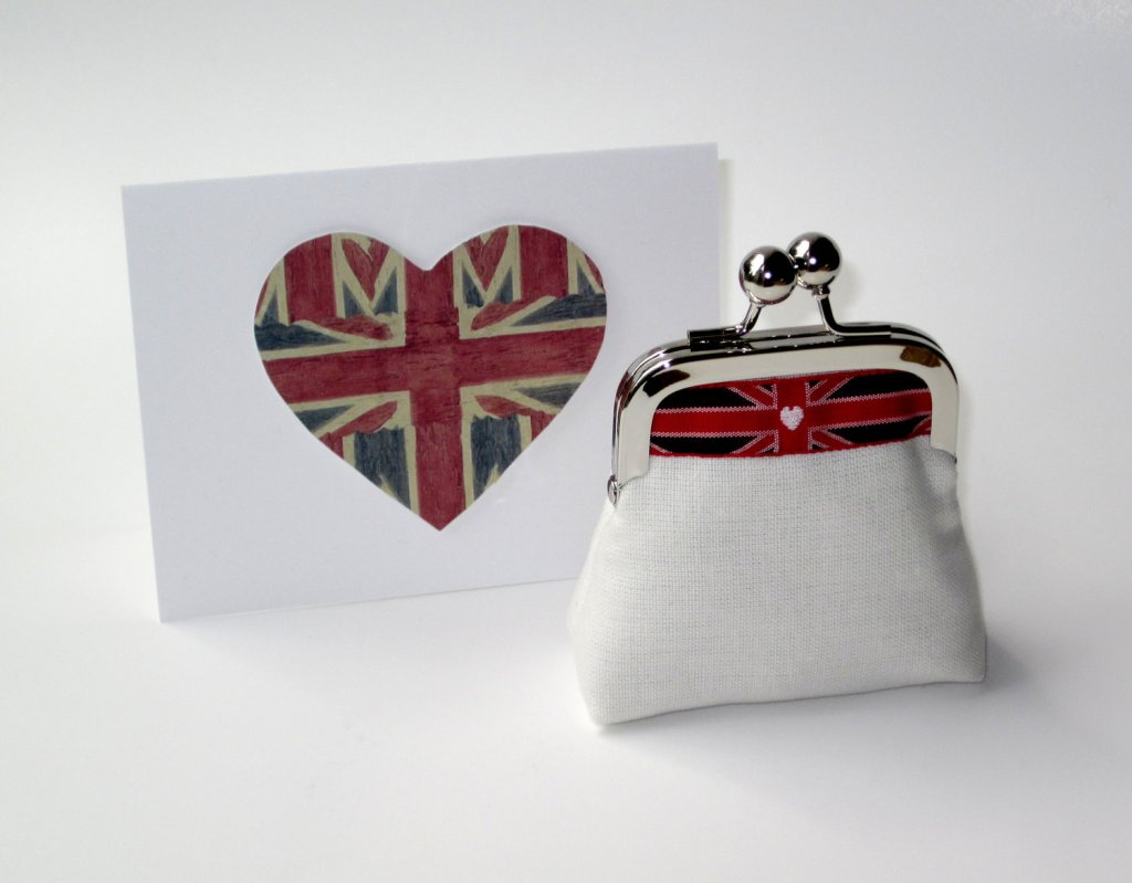 Great for Brits and anglophiles!  How adorable is this Union Jack coin clutch?