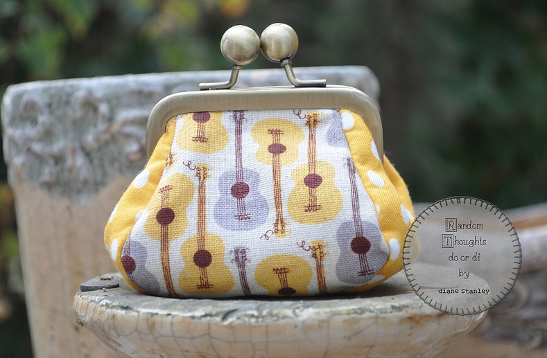 I absolutely LOVE this little coin clutch.  Diane did a superb design!